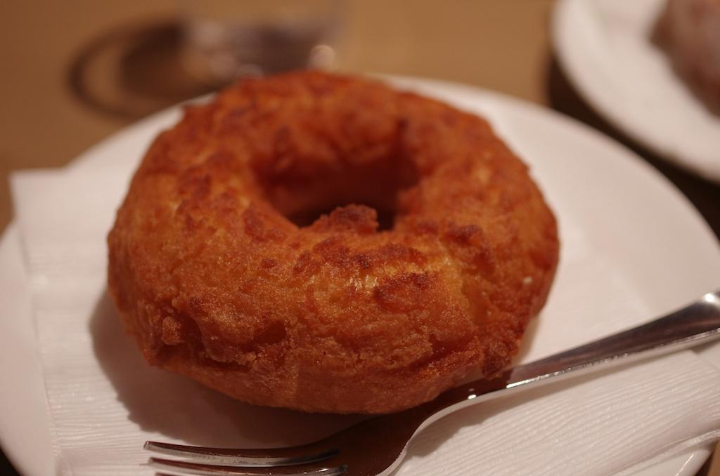 京都の六曜社地下店で食べたドーナツ。